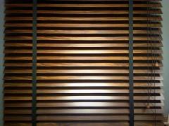 Drewno czyaluminium – które żaluzje są lepsze?