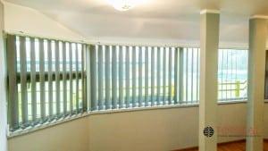 Okno panoramiczne i żaluzja pionowa 127 mm